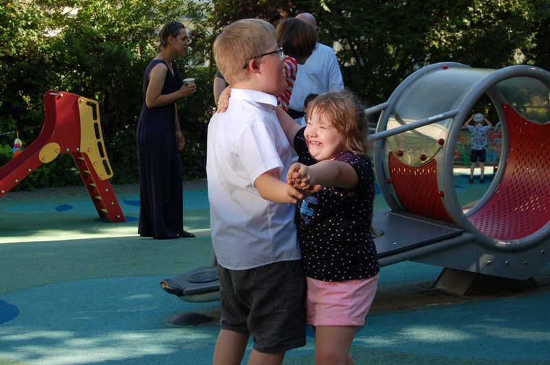 Dwoje dzieci tańczy w parze