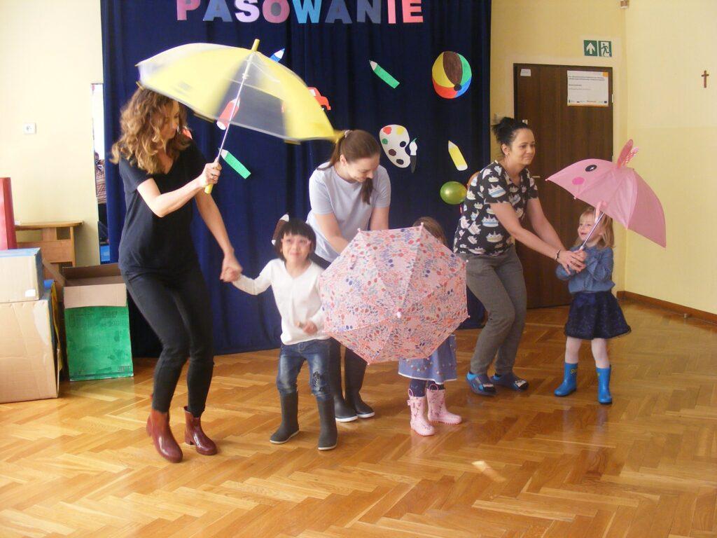 Dzieci tańczą z parasolkami
